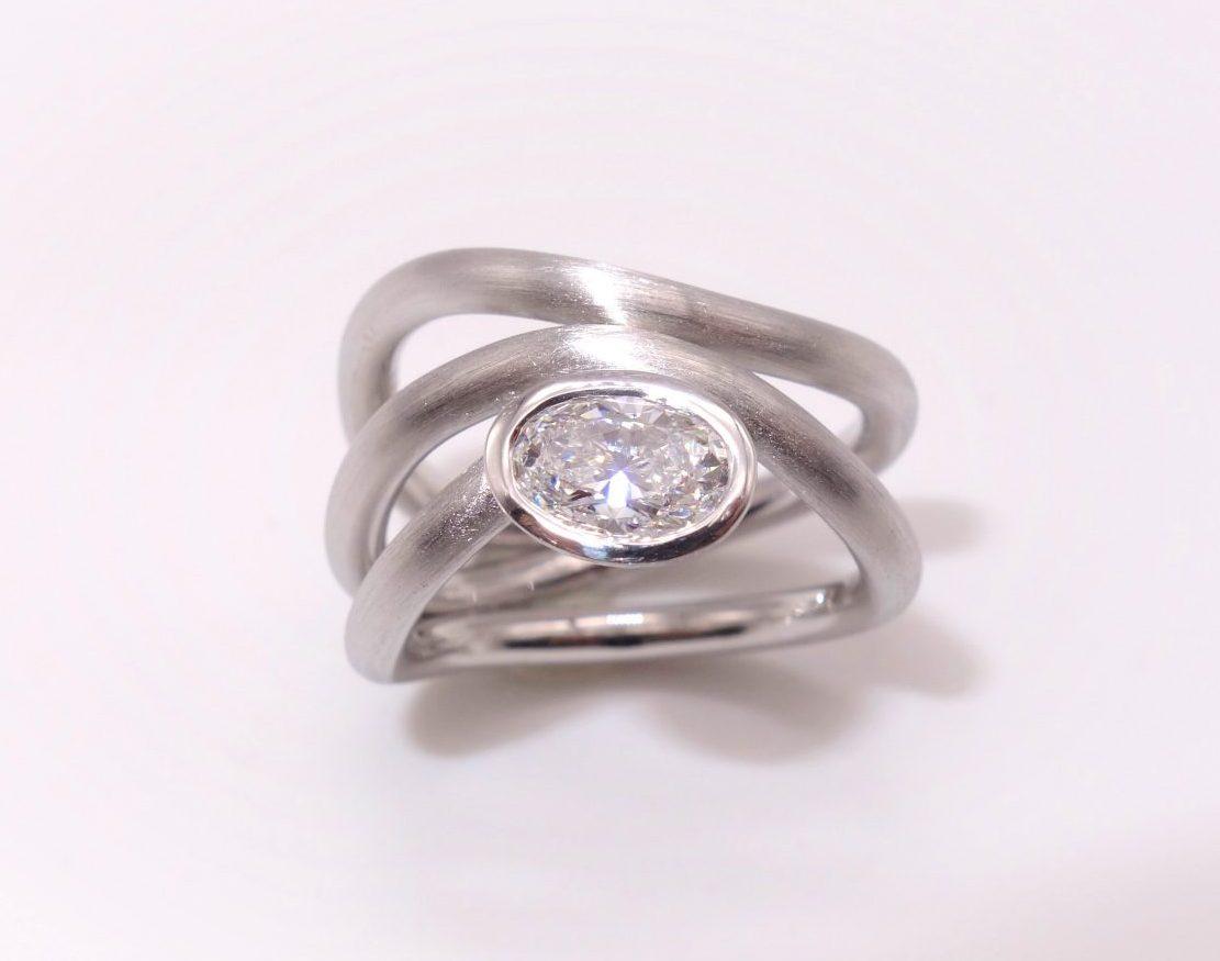 750 Weißgoldring mit ovalen Diamanten im Brillantschliff